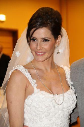 Deborah Secco participa de desfile de joias vestindo um vestido de noiva desenhado pela estilista Nadia Lima (17/11/11)