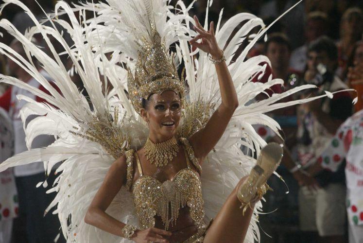 No auge do sucesso de Darlene, Deborah Secco foi escolhida madrinha de bateria da escola de samba carioca Grande Rio (23/2/2004)