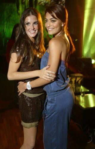 Deborah Secco e Juliana Paes fazem pose na festa de lançamento da novela