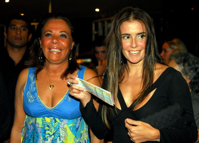 Deborah Secco (dir.) leva a mãe Silvia Regina Fialho ao show