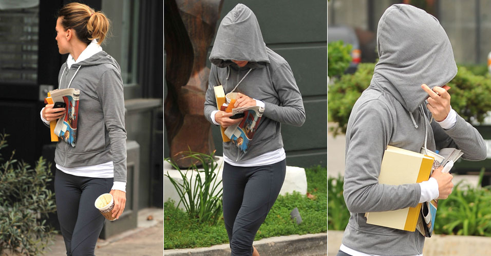 A atriz Hilary Swank  fotografada em Brentwood (21/10/2010). Irritada com o paparazzo que a acompanhou, a atriz mostrou o dedo do meio e o manteve at entrar no carro