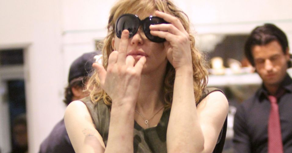 Courtney Love mostra o dedo para paparazzi em loja em West Hollywood (29/10/2010)