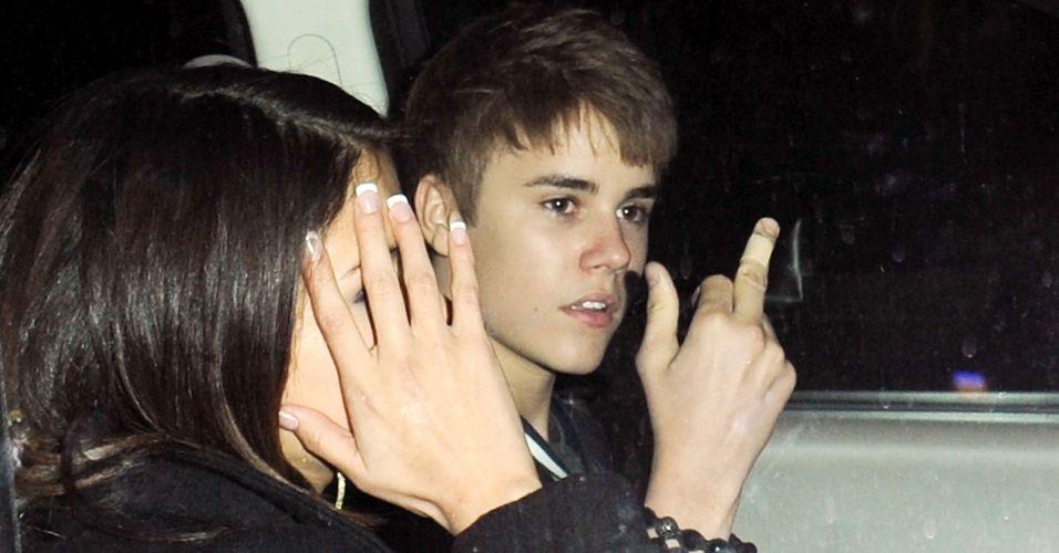 Justin Bieber se irrita ao sair de sua festa de aniversário de 17 anos em um restaurante de Los Angeles, e ao lado de Selena Gomez, o cantor mostrou o dedo médio para os fotógrafos (1/3/2011). Dois dias depois, o ídolo adolescente pediu desculpas pela atitude