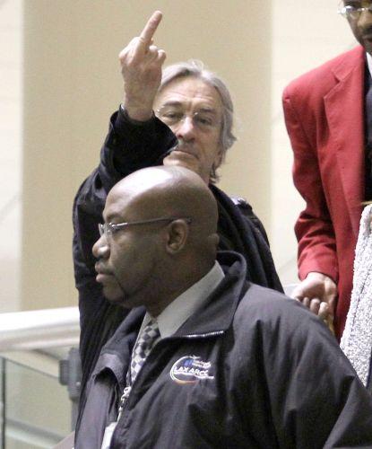 O ator Robert De Niro não estava bem disposto no aeroporto de Los Angeles, na Califórnia, e resolve mostrar o dedo do meio para os fotógrafos (11/04/2011)