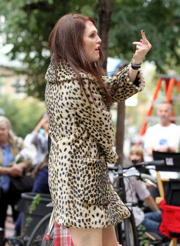 Julianne Moore mostra o dedo durante as filmagens de