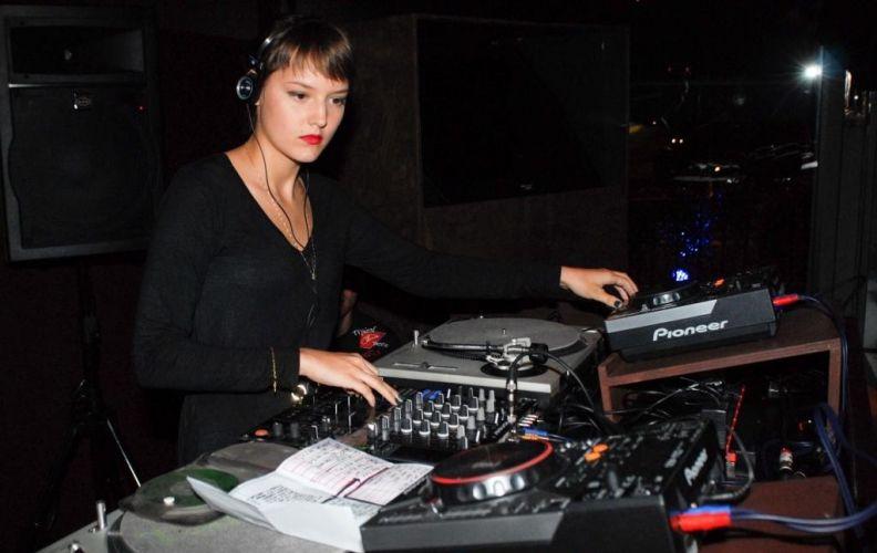 A cantora Mallu Magalhães toca como DJ em festa em clube noturno de São Paulo (28/4/2010)
