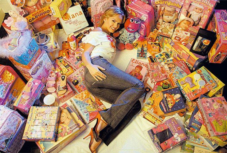 A apresentadora Eliana com alguns dos seus 120 produtos que levam a sua marca em 2004 (17/3/2004). Veja mais sobre a vida de Eliana em seu site oficial