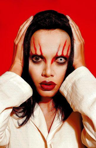 Com a ajuda do maquiador Danilo Toscano, Eliana se transforma no cantor Marilyn Manson, em foto tirada para a seção
