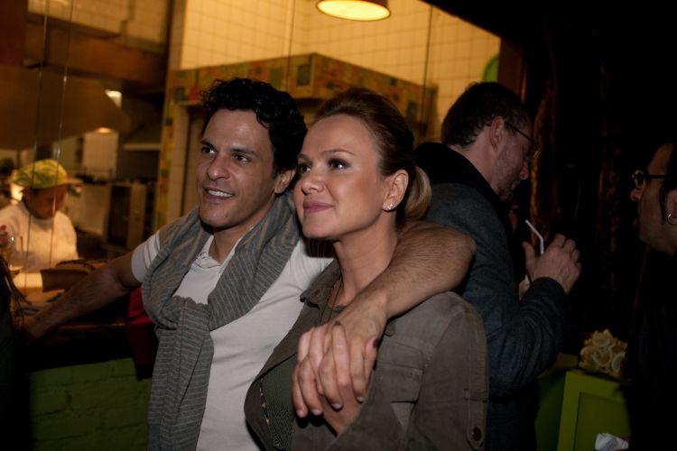 Eliana e o namorado, o músico João Marcelo Bôscoli, na festa de aniversário de 30 anos da chef Morena Leite, no restaurante Capim Santo, em São Paulo (30/6/2010). Veja mais sobre a vida de Eliana em seu site oficial