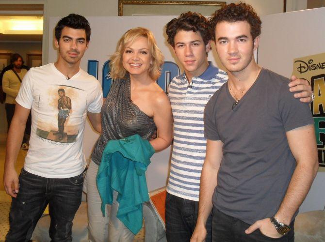 Eliana posa para foto com os integrantes do Jonas Brothers, após entrevistá-los para o programa do SBT (nov/2010). Veja mais sobre a vida de Eliana em seu site oficial