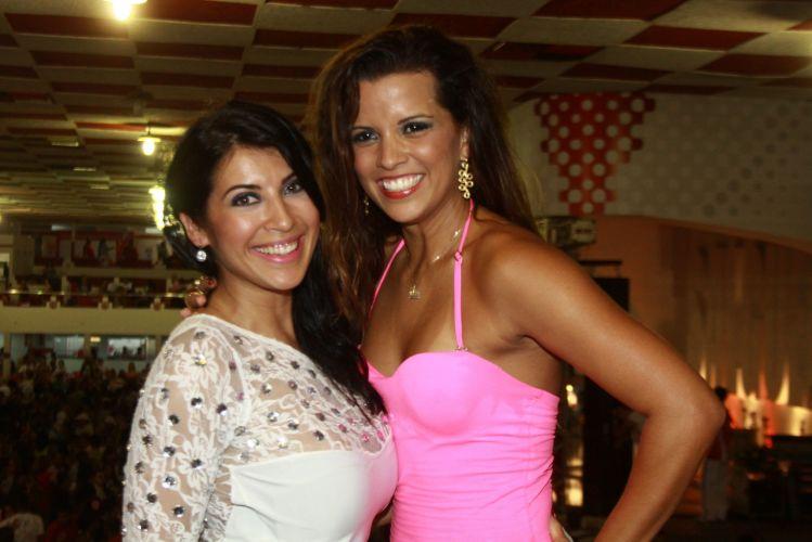 A ex-bbb Priscila Pires e a Rainha de Bateria da Mangueira, Renata Santos, posam juntas no início da festa de aniversário do ator Eri Johnson, no sábado, na quadra do Salgueiro (18/12/2010)