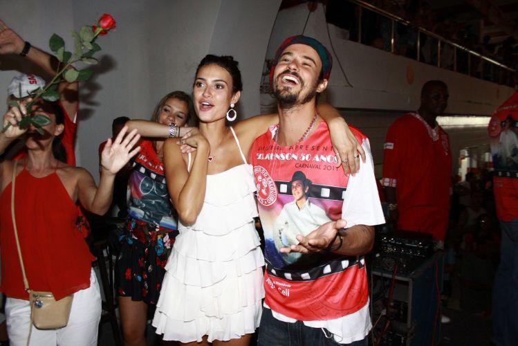 Thaila Ayala e Paulinho Vilhena cantam abraçadinhos durante a festa em comemoração aos 50 anos de Eri Johnson, neste sábado, no Rio (18/12/2010)