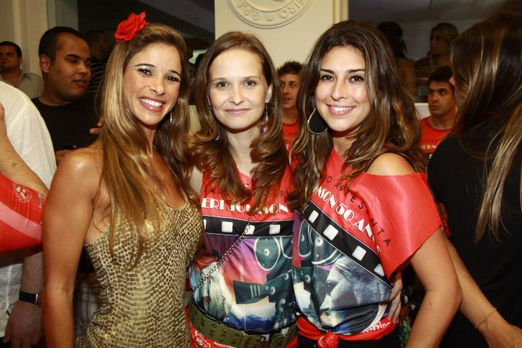 Dani Bananinha, Fernanda Rodrigues e Fernanda Paes Leme se divertem no aniversrio de 50 anos do ator Eri Johnson. A festa foi realizada na quadra do Salgueiro, Rio, na noite de sbado (18/12/2010)