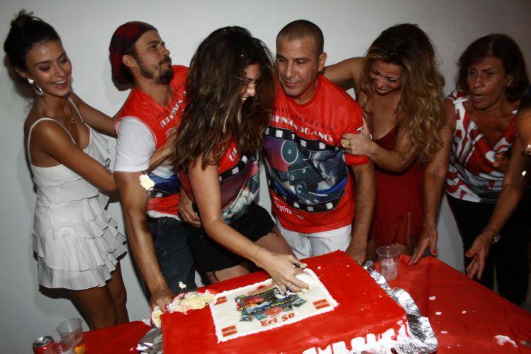 Eri Johnson comemora seus 50 anos com os amigos Thaila Ayala, Paulinho Vilhena, Fernanda Paes Lemes e Viviane Araújo. A festa teve lugar na quadra do Salgueiro, na noite de sábado (18/12/2010)
