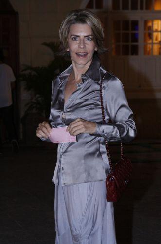 Maitê Proença é uma das famosas a prestigiar a estreia da peça