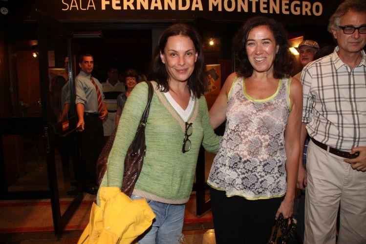 Carolina Ferraz tira foto com Lilia Cabral, após assitir peça