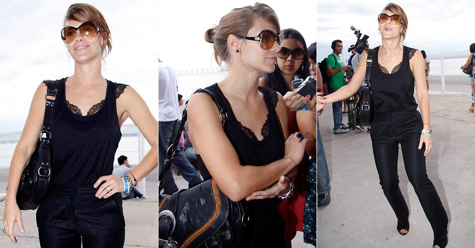 A atriz Carolina Dieckmann fala com a imprensa e posa para fotos ao chegar ao Pier Mauá, para o terceiro dia de desfiles do Fashion Rio, no Rio de Janeiro (13/1/2011)