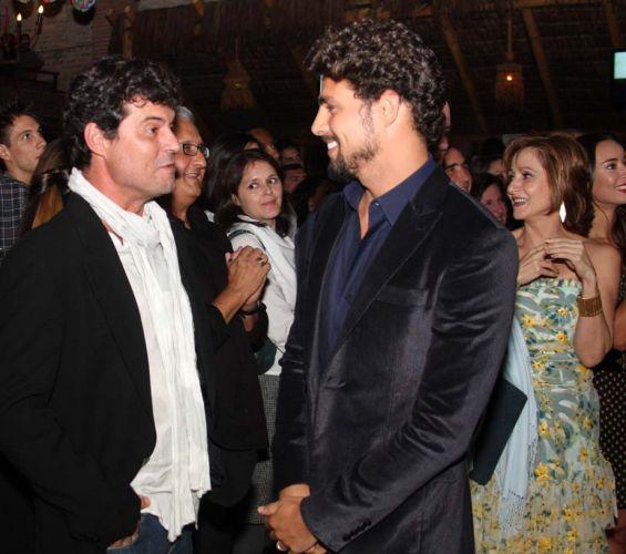 Os atores Felipe Camargo (à esq.) e Cauã Reymond conversam durante a festa de lançamento da novela