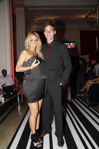 Danielle Winits e Jonatas Faro chegam para a festa em comemoração ao lançamento da novela