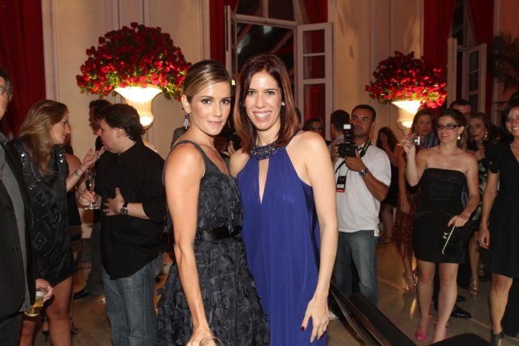 Deborah Secco e Maria Clara Gueiros confratenizam durante a festa em comemoração ao lançamento da novela