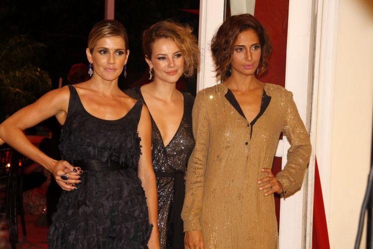 Deborah Secco, Paola Oliveira e Camila Pitanga posam para fotos na festa em comemoração ao lançamento da novela