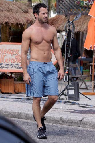Sem camisa, Malvino Salvador chega para gravar cenas da novela