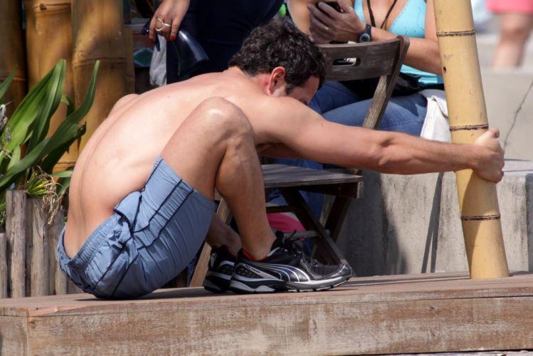 Malvino Salvador exibe suas curvas e a boa forma durante gravação da novela