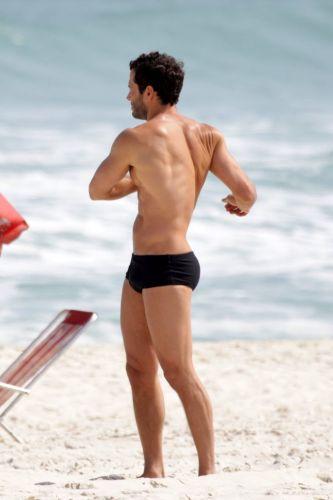 De sunga, Malvino Salvador exibe suas curvas e a boa forma durante gravação da novela