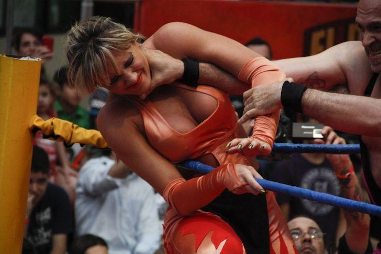 Com roupa laranja, Juju Salimeni luta em São Paulo. A loira, ex-panicat, adotou para o confronto o apelido de Juju Piernas d'Oro (29/10/2011)