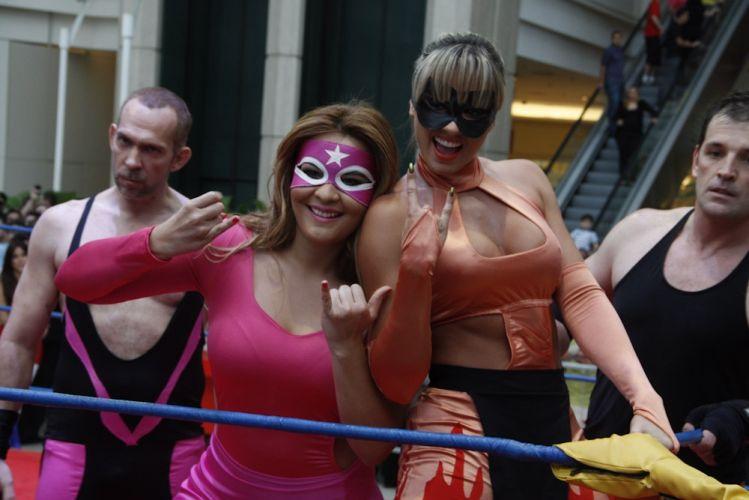 Sobre o ringue, as lutadoras Geisy Salita Roza e Juju Piernas d'Oro posam para foto. Patrocinado por uma marca de biscoitos, o confronto foi realizado no Shopping Eldorado, em São Paulo (29/10/2011)
