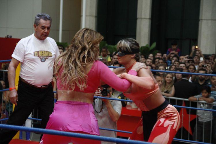 Cercadas por muitos curiosos, a ex-panicat Juju Salimeni e Geisy Arruda lutam em um shopping de São Paulo. Juju vence a luta (29/10/2011)