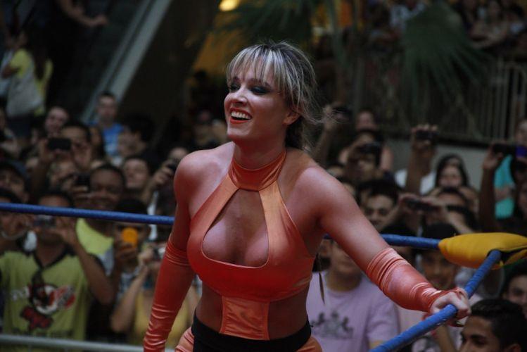 Juju enfrenta Geisy em luta realizada em shopping de São Paulo. A ex-panicat vence o confronto (29/10/2011)