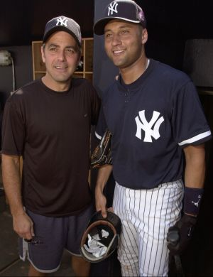 Ao lado do jogador de beisebol Derek Jeter, do New York Yankees, em Tampa (2001)