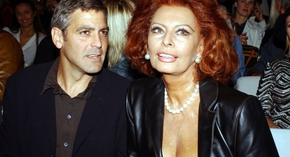 Junto de Sophia Loren, Clooney assiste ao desfile de Giorgio Armani em Milo (2002)