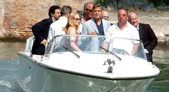 Clooney chega de lancha ao balnerio Lido, onde foi o 62 Festival de Veneza (2005)