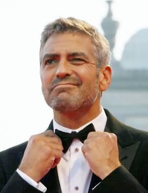 Clooney ajeita gravata antes de sesso de 