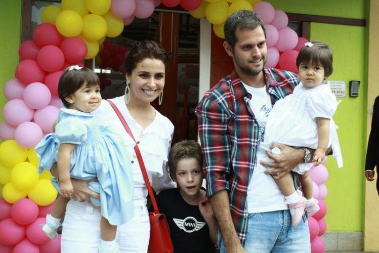 Giovanna, o marido Leonardo, as filhas Antonia e Sofia, e Pietro, filho de Antonelli com Murillo Benício, posam para foto em buffet na Barra da Tijuca (9/10/11)