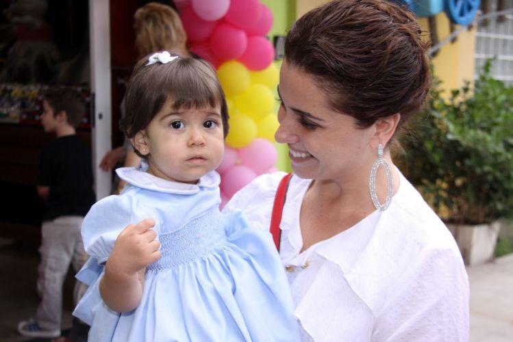 Giovanna Antonelli posa para foto ao lado da filha, de 1 ano (9/10/11)