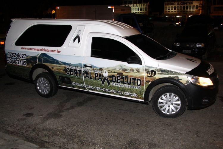 Em carro de funerária, Gracyanne Barbosa chega para sua festa de aniversário em uma boate no Rio de Janeiro (20/9/11)