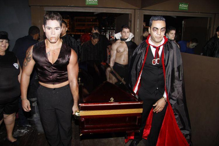 Levada pelo marido, o cantor Belo (dir.), Gracyanne Barbosa chega dentro de um caixão para sua festa de aniversário em uma boate no Rio de Janeiro (20/9/11)