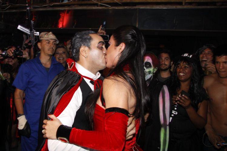 Fantasiados de vampiros, Gracyanne Barbosa e Belo curtem festa em uma boate no Rio de Janeiro (20/9/11)