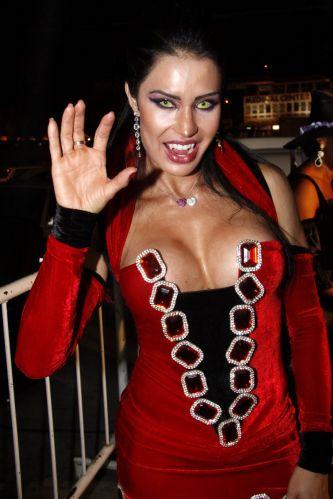De vampira, Gracyanne Barbosa aproveita sua festa de aniversário em uma boate no Rio de Janeiro (20/9/11)