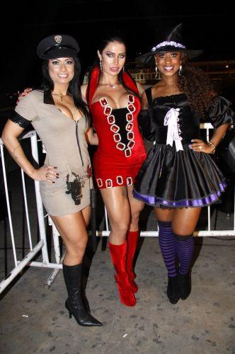 De vampira, Gracyanne Barbosa aproveita sua festa de aniversário em uma boate no Rio de Janeiro, ao lado de Dani Sperle (esq.) (20/9/11)
