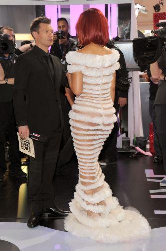 De costas, a cantora Rihanna conversa com o apresentador Ryan Seacrest, no tapete vermelho do Grammy 2011 (13/2/2011)