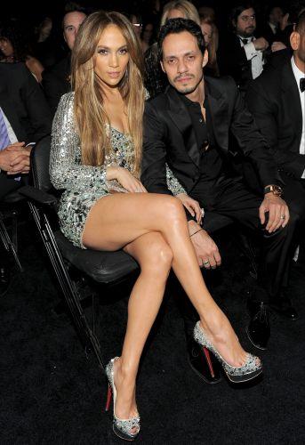 O casal Jennifer Lopez e Marc Anthony aguardam o início do Grammy 2011, em Los Angeles (13/2/2011)