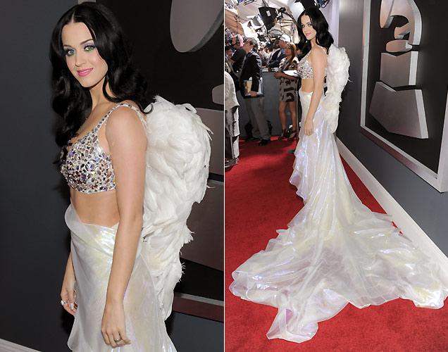 A cantora Katy Perry usa um vestido Armani com asas de anjo no Grammy 2011, em Los Angeles (13/2/2011)