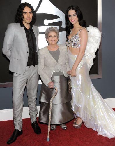 A cantora Katy Perry posa com a avó de 90 anos, Ann Hudson, e o marido Russell Brand no tapete vermelho do Grammy 2011, em Los Angeles (13/2/2011)