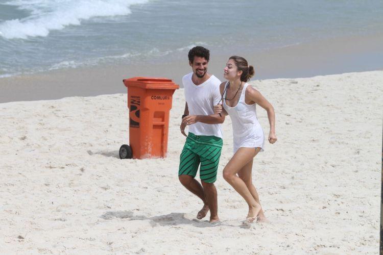 Grazi Massafera e Cauã Reymond, juntos desde 2007, aproveitaram o dia para malhar e correr na praia. Após se exercitar, o casal de atores curtiu o mar e namorou nas areias da praia da Barra da Tijuca, zona oeste do Rio de Janeiro (19/4/2011)