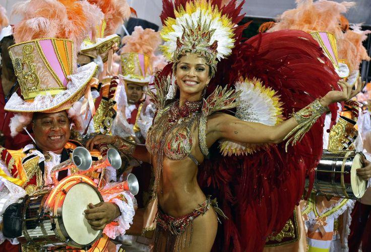 Grazi Massafera, rainha da bateria, rebola junto de ritmista da Grande Rio no Carnaval (2008)