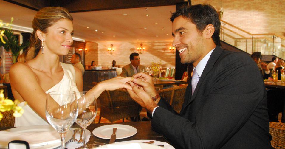 João (Ricardo Pereira) pede Lívia (Grazi Massafera) em casamento em